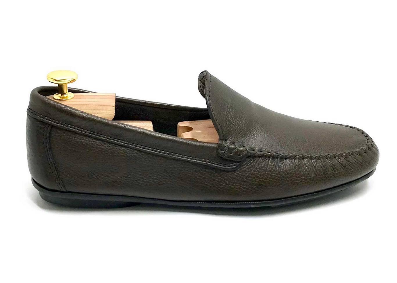 Mocassino Tubolare costruito con suola di gomma flessibile in Vitello martellato Marrone scuro